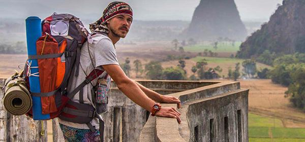 Ein männlicher Rucksacktourist genießt den Ausblick von einer Aussichtsplattform
