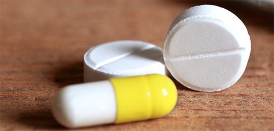 Medikamente liegen auf einem Tisch